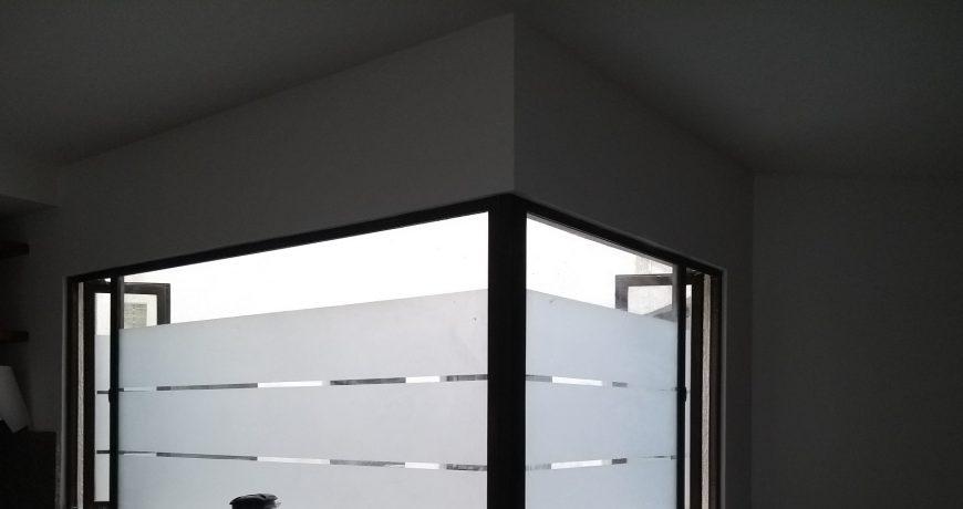 ventana con grabado